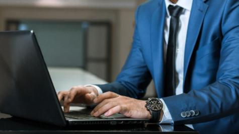 Hombre formal escribiendo en computadora