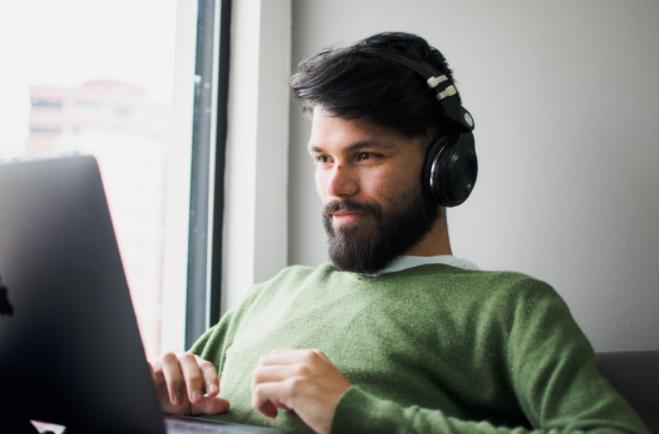 Chico sonriente escribiendo en computadora