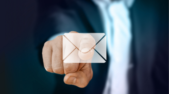 Ejecutivo señalando un correo