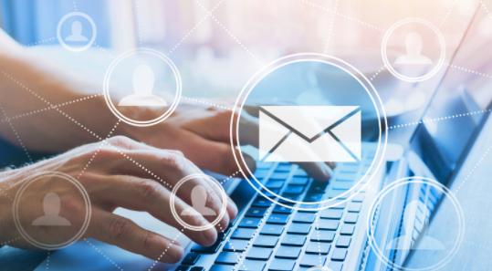 Ejecutivo revisando su correo electrónico empresarial
